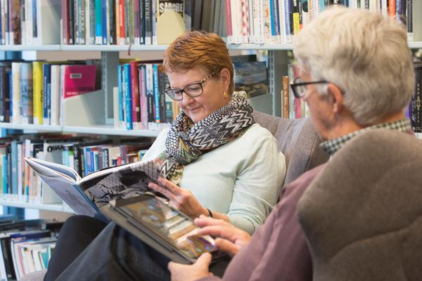 people reading at Sutherland Library